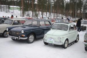 Bredvid en Fiat 500 är en Peugeot 404 en jättebil. Tre fullvuxna herrar åkte I Fiaten!